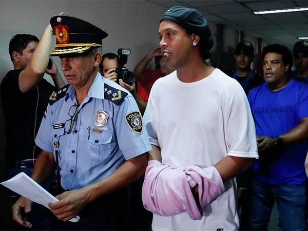 Bóng đá quốc tế tối 1/4: Ronaldinho thua trận đầu tiên trong tù
